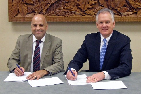 Professor Luiz Roberto Guimarães Guilherme and Dean Paul Winistorfer sign the letter of intent.